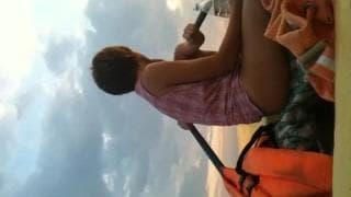 Jovem casal fode num barco de borracha
