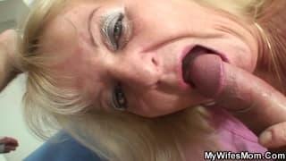 Uma velha que chupa o pau de um jovem !