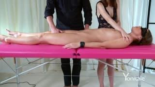 Olhos vendados durante massagem sensual!