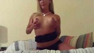 Uma MILF loira sedutora quer se masturbar