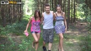 Três jovens estão tendo relações sexuais fora