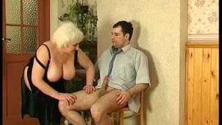 Uma velha com um jovem tesudo