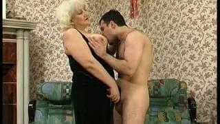 Esta avó precisa de um boa foda!