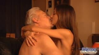 Alice Romain exibe-se para um velho