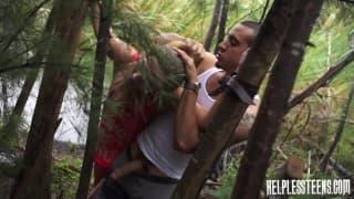 Kaylee Banks no bosque a foder