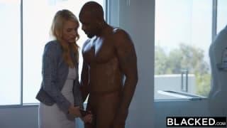 Keira Nicole quer agradar esse cara negro!