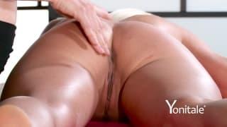 Esta loira gosta de massagem suave