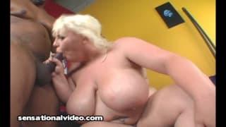 Scarlett Rouge com peito enorme
