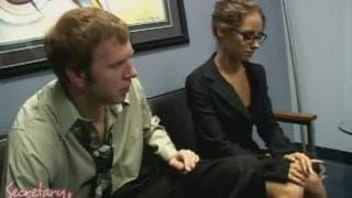 Mark Wood e uma secretária bonita e com tesão