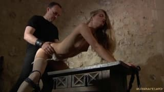 Cayenne Klein desfruta BDSM com seu homem!