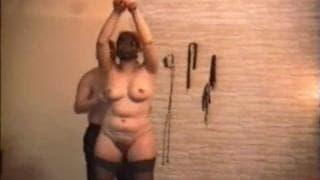 Uma mãe bonita está animada com BDSM