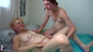 Esta avozinha sente prazer com uma lésbica