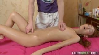 Ruiva bonita gosta de uma massagem sensual