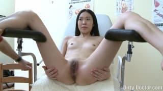 Asiática recebe cunnilingus do seu médico!