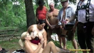 Sexo em grupo na floresta para esses caras!