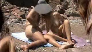 Um casal que transa na praia!