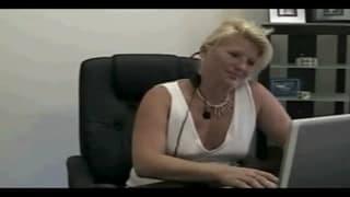 Esta mãe mostra as mamas dela no trabalho!