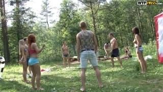 Grande festa de estudantes na floresta !