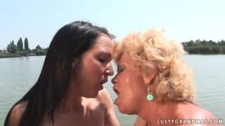 Effie uma velha lésbica com uma joovem !