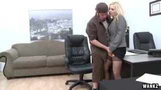 Ashley Firesdiverte-se em pleno escritório !