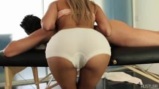 Marina Angel dá uma massagem sensual
