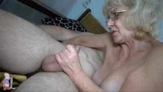 Esta velha loira não deixa de pensar em sexo