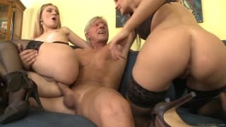 Duas putas com um velho excitado
