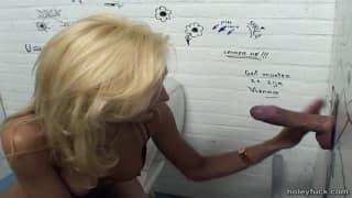 Sylvana filmada na casa de banho