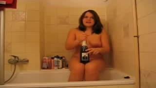 Uma garrafa de champanhe dentro da sua vagina