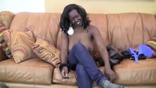 Jasmine gosta de transar no sofá!