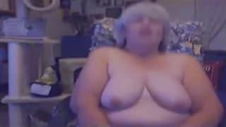 Esta avó está animada sozinha na câmara web