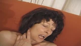 Uma mulher madura é fodida em casa