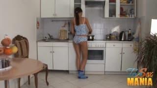 Morena a curtir na cozinha