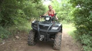 Uma loira numa mota a tocar-se