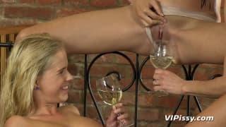 Três lésbicas a desfrutar de seus bichanos