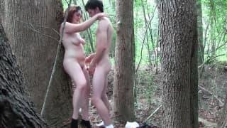 Amadora gordinha transa na floresta!