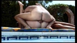 Sexo hardcore a três a beira da piscina