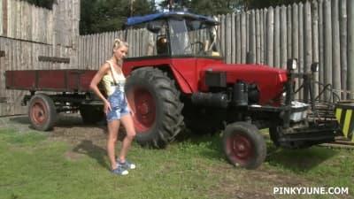 Pinky June ao pé do tractor