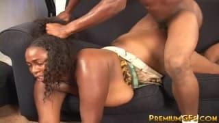 Um casal negro transando no sofá