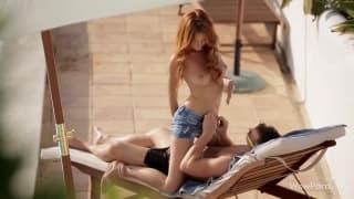 Porno na piscina com uma jovem ruiva