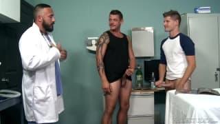 Alessio Romero e homens musculados