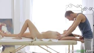 Massagem com esta beleza deliciosa