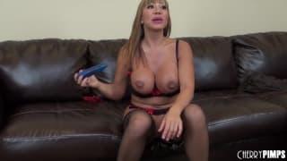 Ava Devine a brincar com brinquedo no rabo