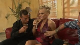 Britney adora estar entre dois homens!