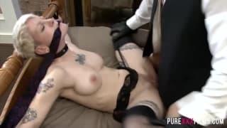 Esta loira ama BDSM com seu homem em casa
