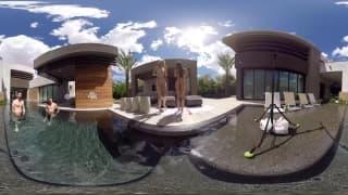 Amigos a passar a tarde na piscina