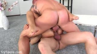Uma loira gostosa submetida por dois homens