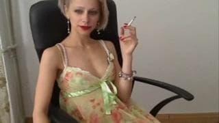 Loira sexy nos provoca com sua lingerie!