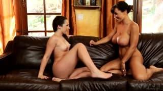 Lisa Ann e Lola Foxx a massajar-se