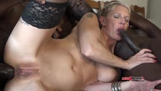 Uma loira muito gostosa com dois negros